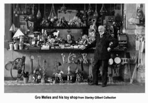 Ο Μελιές μπροστά από το κατάστημα παιχνιδιών του