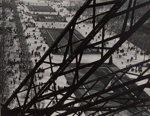 Ilse Bing, Parigi, Champs de Mars. Veduta dalle scale della Tour Eiffel, VII arrondissement, 1931, Stampa su gelatina al bromuro d'argento, cm 26,8 x 34, Parigi, Musée Carnavalet, Histoire de Paris