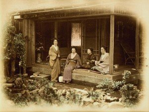 Felice Beato, Yedo, Geisha sulla veranda della casa di Charles Longfellow, 1872. Stampa all'albumina colorata a mano, mm. 293x226.