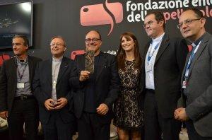 Carlo Verdone esibisce al pubblico il Premio Bresson, Venezia 2014 Credits Valentina Zanaga