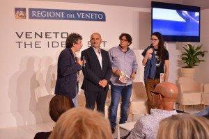Il regista Alberto Gambato (a destra) intervistato da Vainer Tugnolo, con Angelo Zanellato (Consvipo), nella sala della Regione Veneto. Venezia72 Foto Valentina Zanaga