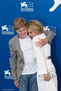Venezia#74 Jane Fonda e Robert Redford si abbracciano al photocall del film Our Souls At Night, regia di Ritesh Batra. Foto Octavian Micleusanu