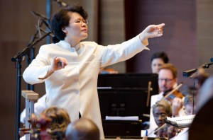 Maestra Mei-Ann Chen of the Chicago Sinfonietta, photo by Ken Carl