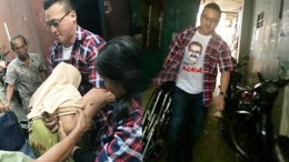 Para Relawan Ahok-Djarot Diketahui Membagikan Kursi Roda kepada Warga