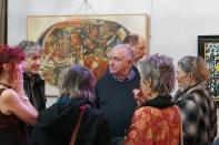 Pizarre devant une de ses toiles, vernissage de son exposition à l'Ever'In, Nîmes, avril 2019. Crédit: F. Thiaucourt