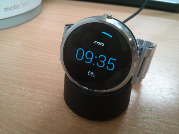 Moto 360 บน Wireless Charger