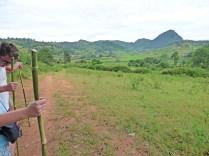 Avec nos bâtons de marche, fabriqués en chemin par Laso