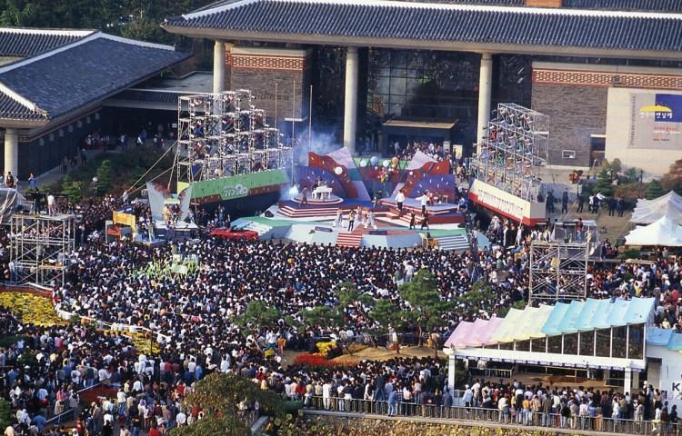 The opening performance at the inaugural Gwangju Biennale in 1995.