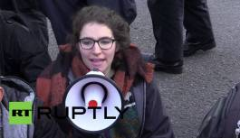 UK: Students blockade Westminster Bridge in protest at education cuts (Jan 2016)