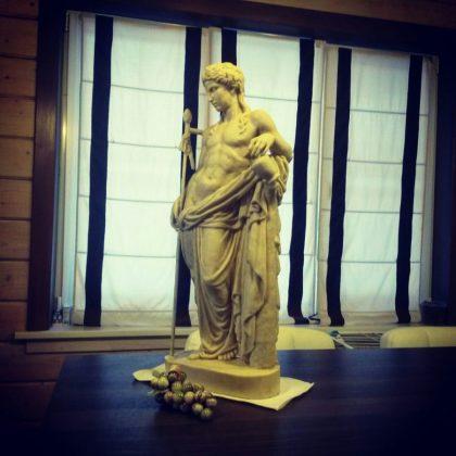 Копия статуи древнегреческого бога Диониса из дворца князя Юсупова в антураже
