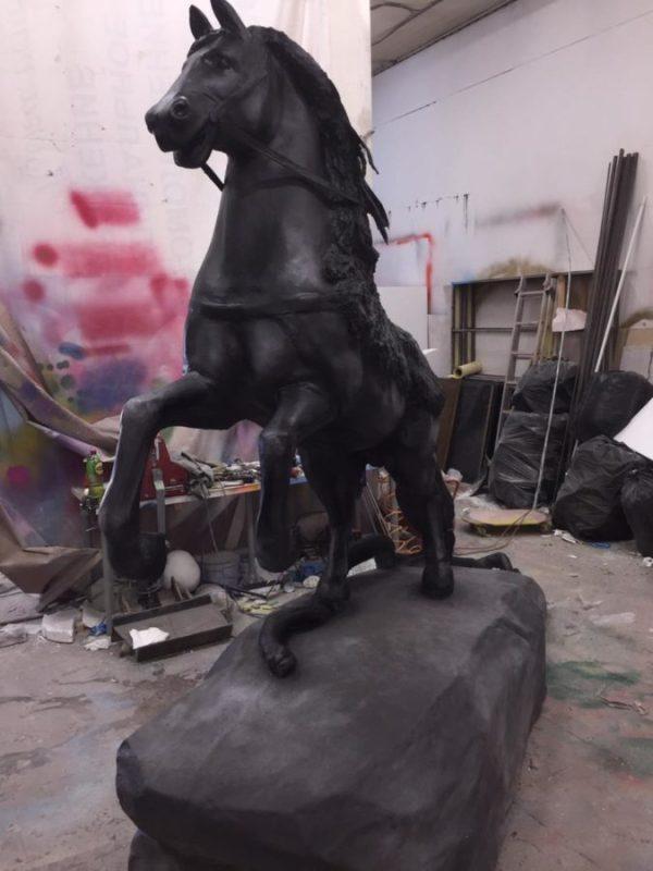 Фигура из пенопласта: Черный конь