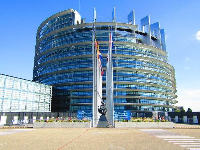 In het Europese parlement wordt er getolkt.