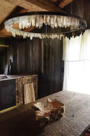 Près de Megève, Armel Soyer a ouvert une galerie l'an dernier dans une ancienne ferme réhabilitée. Ici, table et chaise SOHA de Denis Milovanov, lustre Prometheus de Christopher Boots
