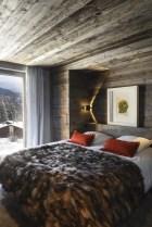 Dans cette chambre d'amis : œuvre Vanité jaune de Philippe Pasqua, applique à volet pivotant de Charlotte Perriand (Nemo), linge de lit Angel des Montagnes. © Gilles Pernet