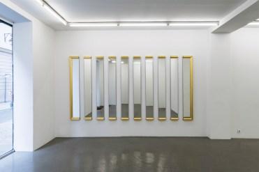 « Untitled », installation, 2008. Bois, miroir, dorure.