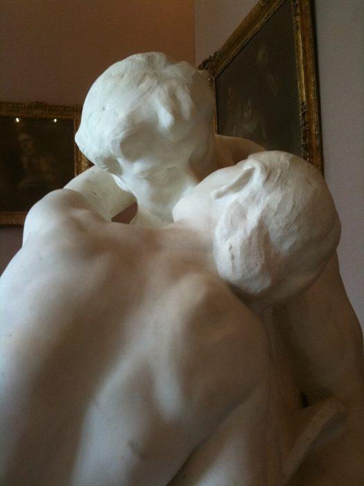 """Фото с фрагментом скульптуры """"Поцелуй"""""""