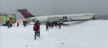 laguardia-plane-runway-delta