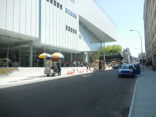 Visitor's line outside new Whitney, with end of High Line in the background Photo by Lee Rosenbaum