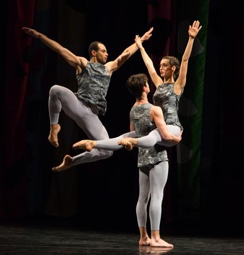 Adrien Mornet in the air; Alexandre Tondolo holds Flora Rogeboz. Photo: Yi-Chun Wu