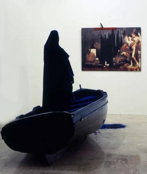 39.Vettor Pisani, Barca dei sogni, 2001, legno verniciato, manichino, stoffa, barca, barca 70x371x140- manichino 188x52x35, Collezione Jacorossi