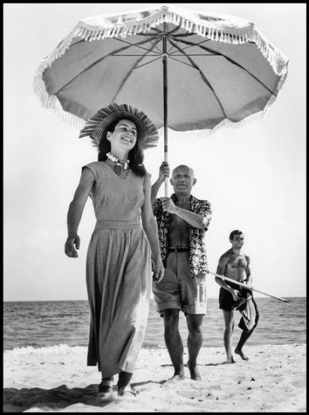 Robert Capa, Pablo Picasso e Françoise Gilot, Golfe-Juan, Francia, agosto 1948 © Robert Capa © International Center of Photography - Magnum Photos