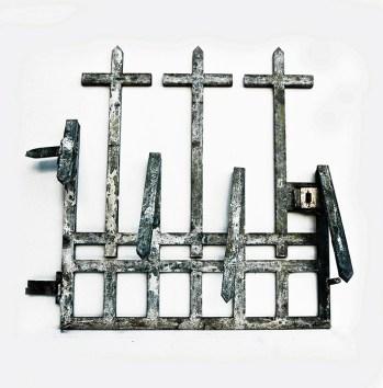 Massimiliano Pelletti (Pietrasanta, 1975). Vive e lavora a Pietrasanta. Gate, 2012 cancello in ferro trattato, 140 x 130 cm
