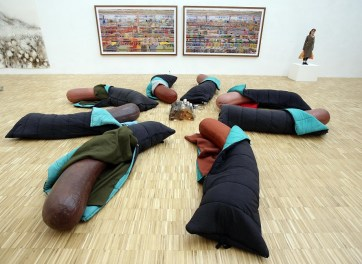 Dennis Oppenheim, Sleeping Dogs, 1997