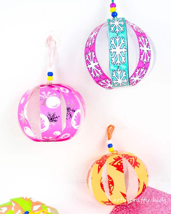 Arty Crafty Kids | Christmas Craft for Kids | Colour and Create Christmas Paper Bauble #christmasornament #christmascraft #christmasbauble #papercraft