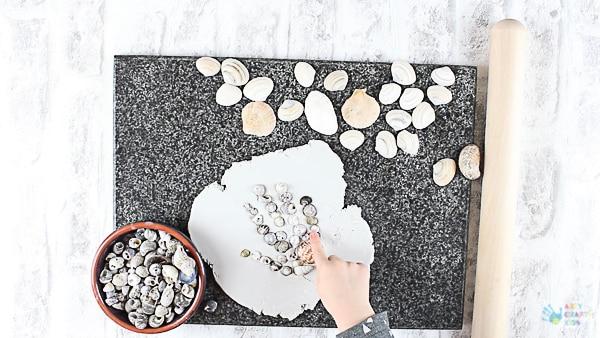 Arty Crafty Kids | Craft | Handprint Shell Keepsake Summer Craft for Kids #summercraft #kidscraft #handprintcraft #craftsforkids #summercraftsforkids #beachcraftsforkids #beachcrafts