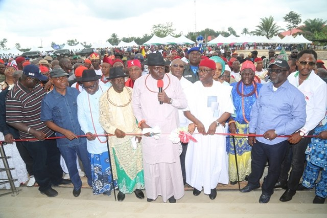 Delta State Governor, Senator Ifeanyi Okowa (4th right); former Governor, Chief James Ibori (middle); Immediate Past Governor of Delta State, Dr. Emmanuel Uduaghan (3rd left); Senator James Manager (2nd left); Speaker, Delta State House of Assembly, Rt. Hon. Sheriff Oborevwori (2nd right); Deputy Speaker, Rt. Hon. Friday Osanebi (right) and Other's, during the Official Commissioning of Isoko Unity House, by Oleh Roundabout, Delta State.