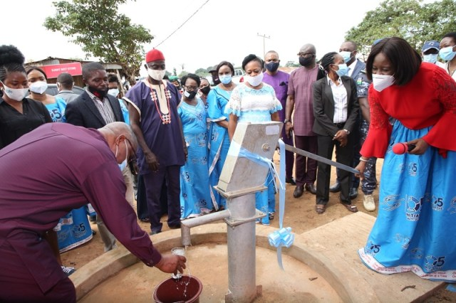 The wife of the Delta State Governor and founder O5 Initiative, Dame Edith Okowa (Right) pumping out water from a newly inaugurated bole-hole project donated to Mile 5 community by the O5 Initiative as part of activities to mark the 2020 International Day Of Charity.