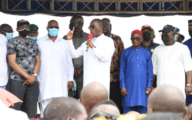 Delta Governor,Senator Dr. Ifeanyi Okowa (left) addressing hundreds of APC members who defected to the PDP in Aniocha/Oshimili Federal Constituency of the state, in Asaba on Thursday, June 24, 2021.(Pix: Bripin Enarusai)