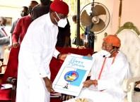 Delta Governor, Senator Dr. Ifeanyi Okowa (2nd left), presenting a congratulatory card to Obi (Prof.) Chike Edozien, Asagba of Asaba, at his (Asagba's) 97th birthday and 30th coronation anniversary celebration at his Palace in Asaba, Saturday, July 30, 2021. PIX: BRIPIN ENARUSAI
