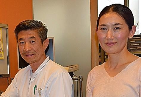 「クリニックベル」院長の鈴木眞史さん(左)と妻の摩湖さん