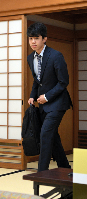 勝てば七段に昇格する対局で、対局室に入る藤井聡太六段=2018年5月18日午前9時40分、大阪市福島区、水野義則撮影