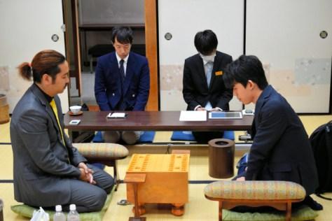 藤井聡太七段(右)と中村亮介六段との対局開始直前。藤井「七段」として初対局だ=大阪市の関西将棋会館