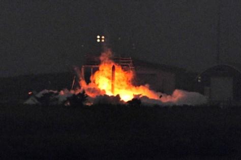 発射場で炎を上げるロケット=2018年6月30日午前5時30分、北海道大樹町、白井伸洋撮影