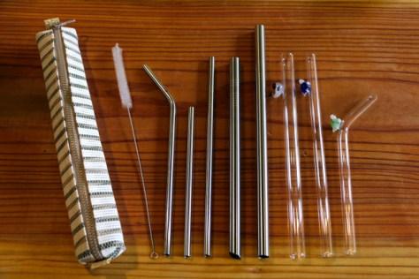 洗って使えるステンレスやガラスのストロー。長さや太さが選べ、洗浄ブラシや専用のケースもある=5日、台湾・新北市、西本秀撮影