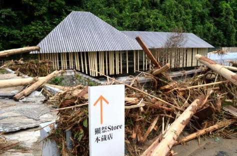 東川からあふれた水で浸水した本社蔵前の獺祭直営店=山口県岩国市周東町
