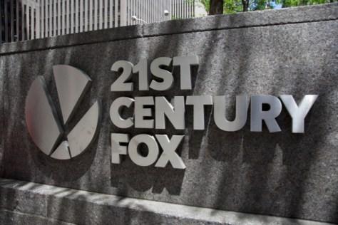 米21世紀フォックスのオフィスの看板。米ケーブルテレビ最大手コムキャストはフォックス買収からの撤退を表明した=2018年6月14日、ニューヨーク、AP
