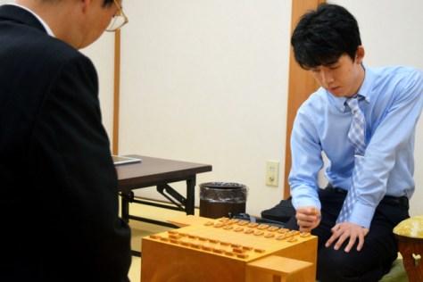 16歳になって最初の公式戦にのぞむ藤井聡太七段。手前は森下卓九段=大阪市の関西将棋会館、佐藤圭司撮影