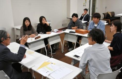 芭蕉和紙の商品化を目指してデザインの案を考える学生ら=松山市
