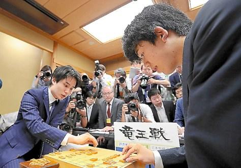 佐々木勇気五段(左)に敗れた藤井聡太四段(右)の連勝は29でストップした(段位は当時)=2017年7月