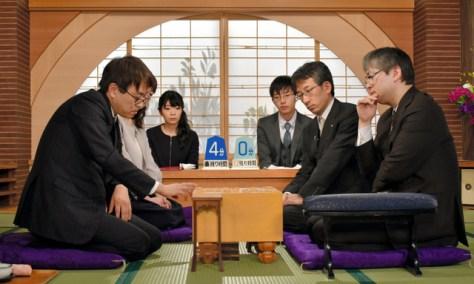 対局を終えて感想戦を行う羽生善治九段(左)と郷田真隆九段