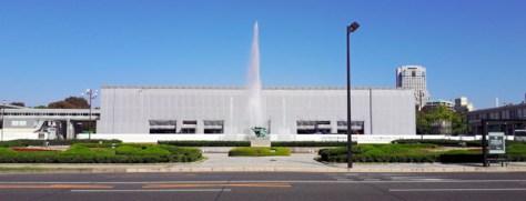 建物が覆われ、展示の入れ替え作業などが続いた広島平和記念資料館本館=2018年10月、広島市中区