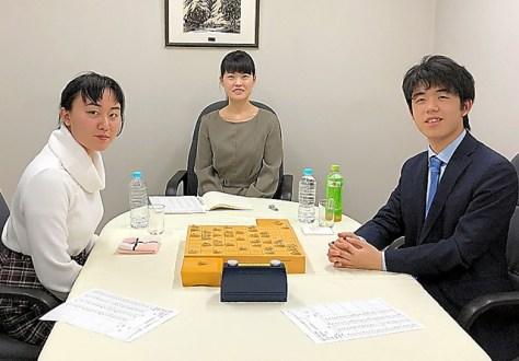 記念対局に臨んだ藤井聡太七段(右)と野原未蘭さん(左)=2018年12月、野原さん提供