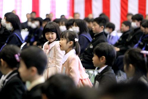 写真:小中学校合同の入学式で名前を呼ばれ、立ち上がる児童=20日午後2時11分、飯舘村の飯舘中学校