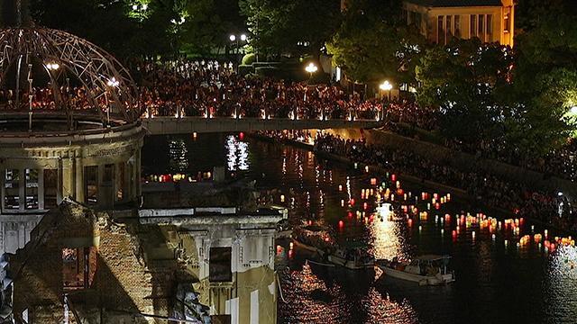 平和への願いこめ灯籠流し 広島・元安川