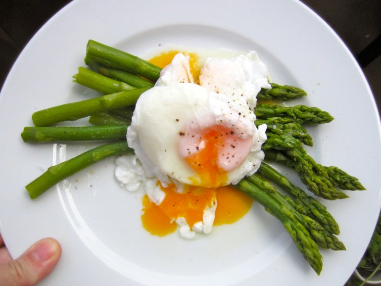Green asparagus and a poached egg