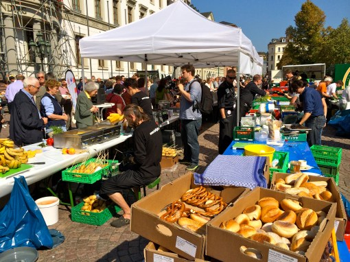 People giving out food at Wiesbaden Schlossplatz